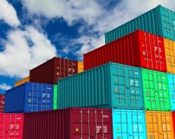 Container maritime fermé empilés