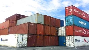conteneurs maritimes empilés port