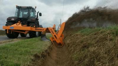 Cureuse de fossé Tracteur Route Canal
