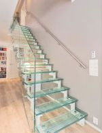 Escalier droit avec rampe en verre