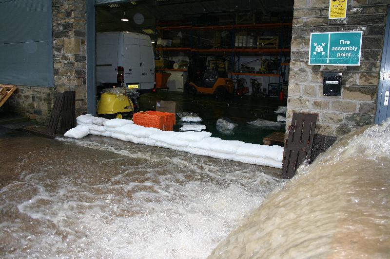 Sac anti-inondation 0risques floodsax | 20 sacs de 23 litres - protection de toutes ouvertures de 2,7 mètres de longueur - hauteur max. de 45 cm - ultra-léger - inondation domestique et extérieure