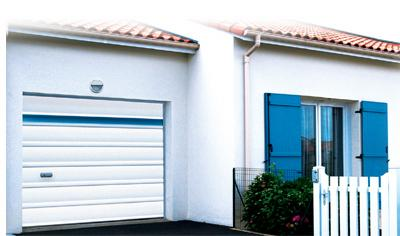 Porte de garage sectionnelle en pvc amarine for Porte de garage pvc sectionnelle