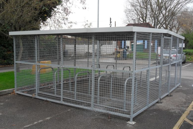 Abri vélo fermé bs / structure en acier / bardage en grillage métallique / pour 20 vélos