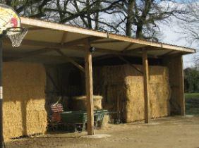 Abri de stockage / structure en bois / toiture en bacacier / bardage en bois / avec fondation