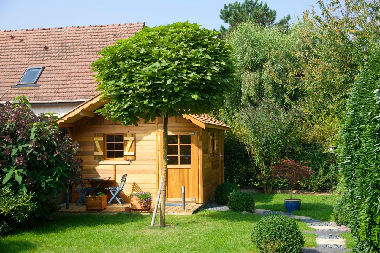 Chalet en bois habitable a ossature red cedar for Petit chalet de jardin habitable