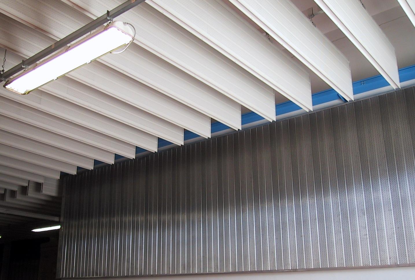 Plafond acoustique à baffles - traitement mural