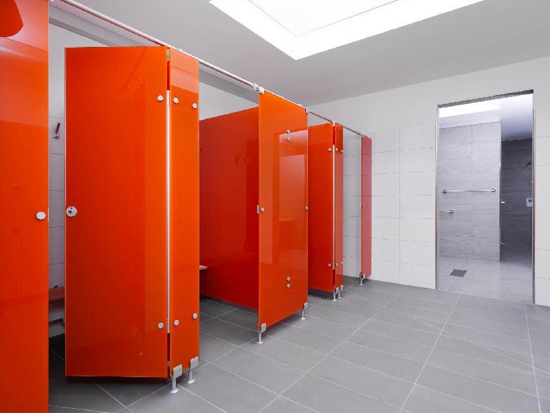 cloisons pour sanitaires et vestiaires. Black Bedroom Furniture Sets. Home Design Ideas