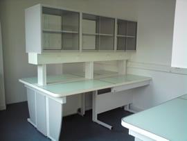 Meubles de laboratoire -  central à portes vitrées coulissantes sur les 2 faces