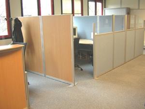 Cloisons de bureaux et cloisonnette kalm pour plateau de travail ou