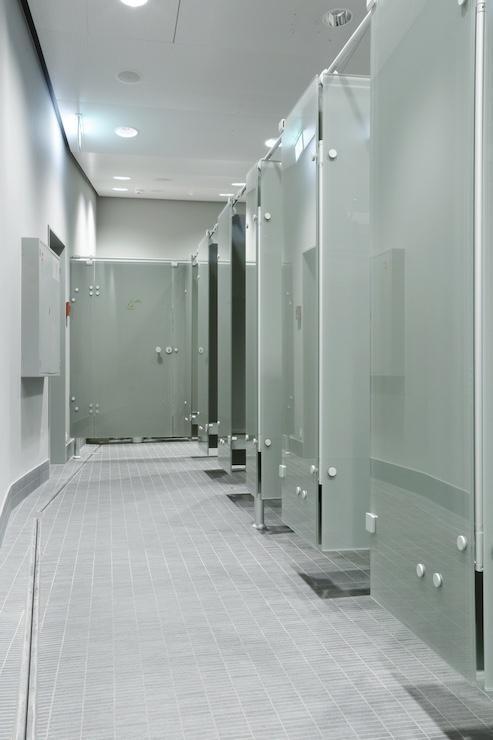 Cloisons pour sanitaires et vestiaires tous les for Vestiaires piscine