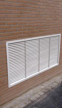 grilles de ventilation a lames persiennees. Black Bedroom Furniture Sets. Home Design Ideas