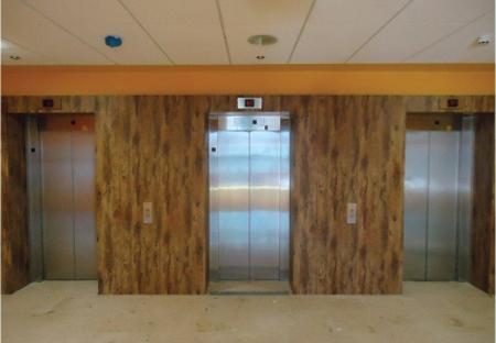 Revêtement adhésif pour ascenseurs