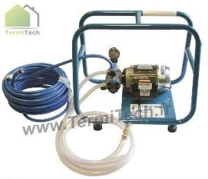 Pompe à injection pour traitement des bois de charpente