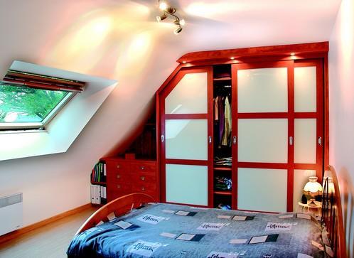 Chambre sous mansarde avec placard