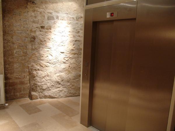 ascenseur hydraulique avec desserte en equerre. Black Bedroom Furniture Sets. Home Design Ideas