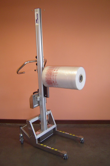 Chariot de manipulation avec éperon pour bobines et rouleaux