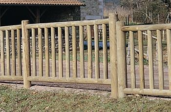 Cloture en bois a barreaux for Barriere de jardin en bois