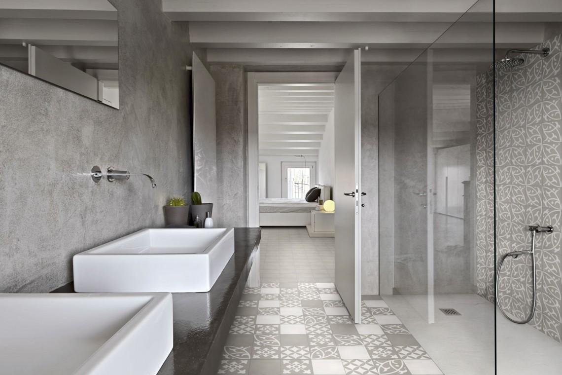 Salle de bain decoree avec des carreaux de ciment gris et blanc
