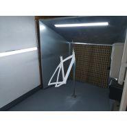 Cabine d'aspiration peinture de cadres de vÉlos ou objets de taille moyenne.