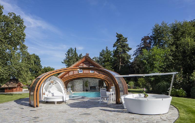 abri piscine haut rotonde telescopique en bois et acier. Black Bedroom Furniture Sets. Home Design Ideas