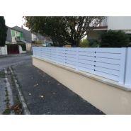Antigone - clôture pleine en pvc - la clôture française - la clôture antigone est disponible pour des hauteurs comprises entre 0,21 m et 1,96 m